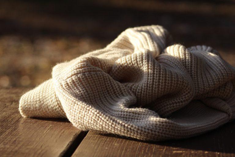 chandail de laine sur le plancher