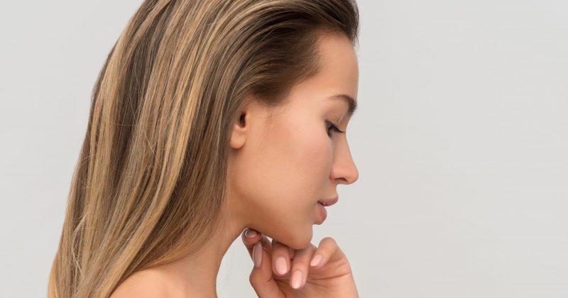 Femme en peignoir peau saine