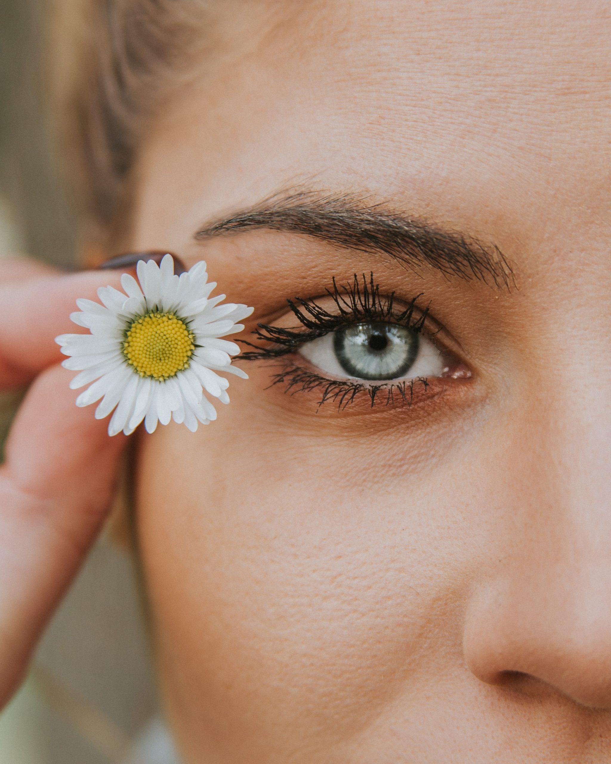 oeil femme fleur